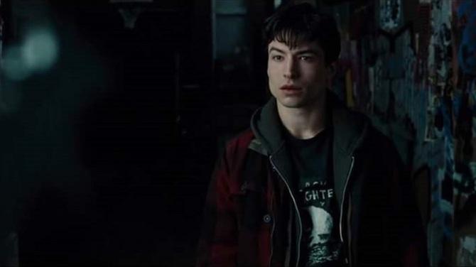 barry-allen-is-wearing-a-watchmen-t-shirt-in-the-justice-league-trailer-social